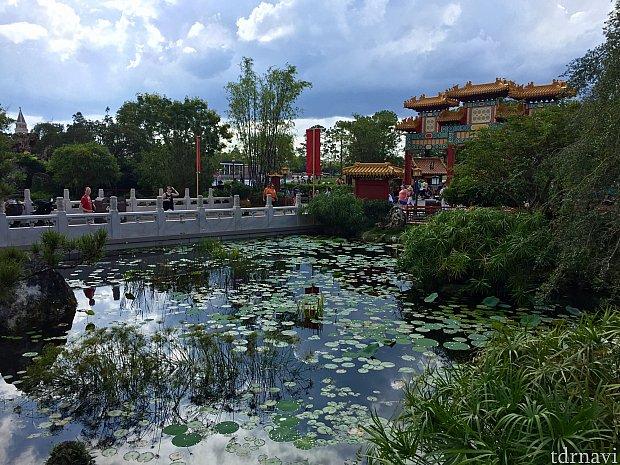 大きな池もあって豪華で開放的なパビリオンです。この池の横にはお庭もあります。