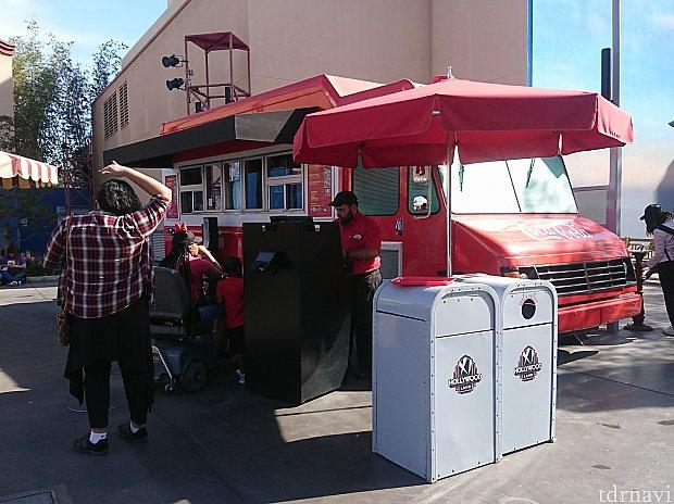 DCAハリウッドランドの赤いバン「スタジオ・ケータリングCo」 ドリンクと軽食のお店です。