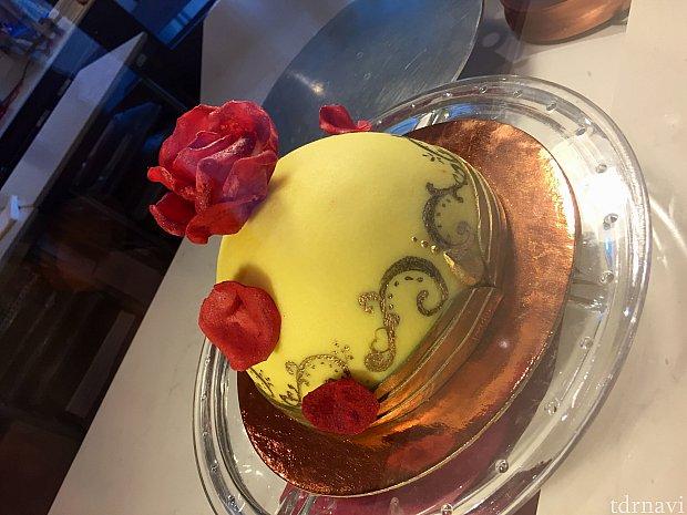 ディスプレイされたケーキ。このケーキは大きい!
