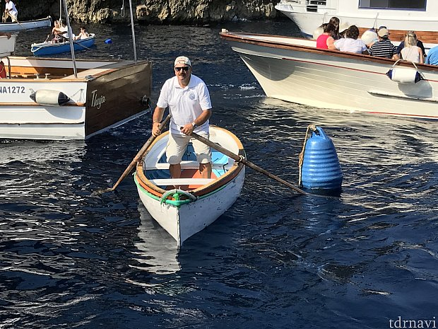 このあとにこの小舟に乗り移ります。2ー3人乗りでした