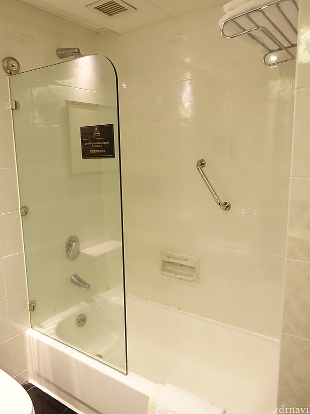 シャワーヘッドは固定。バスタブはありますが、やや古さを感じます。