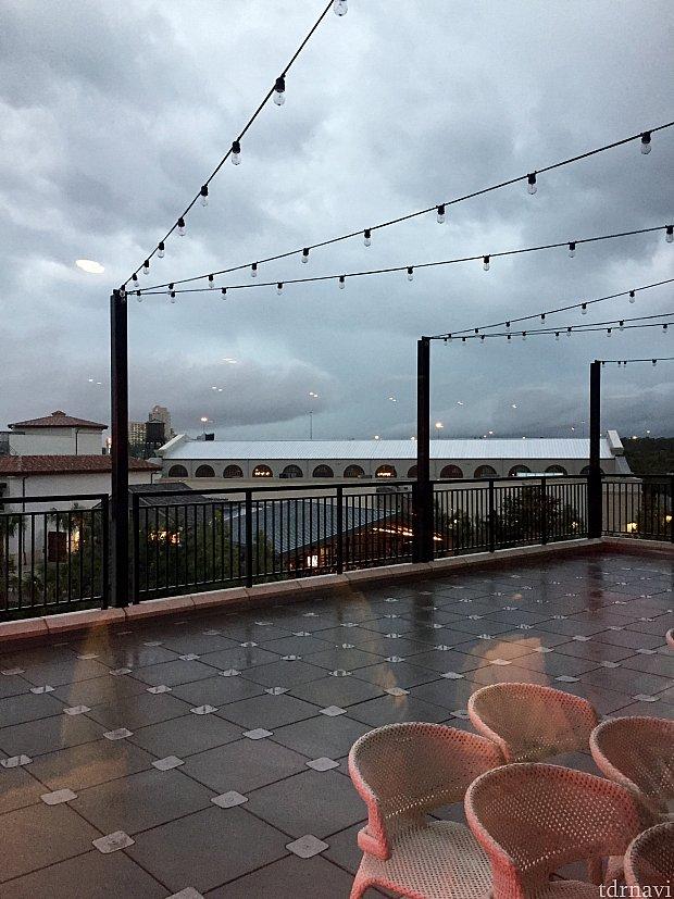 この日は豪雨が数時間続いて、食事の後もこのお店から出られなく、一階のバーで飲む事に。カクテルが高くて、一杯$15以上するので、ゆーっくり飲みました。