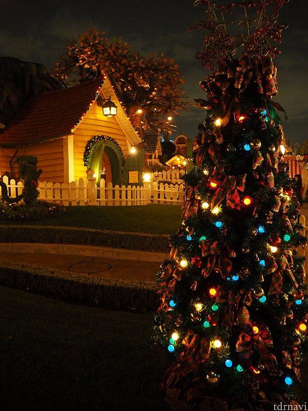 ミッキーの家もクリスマス仕様。
