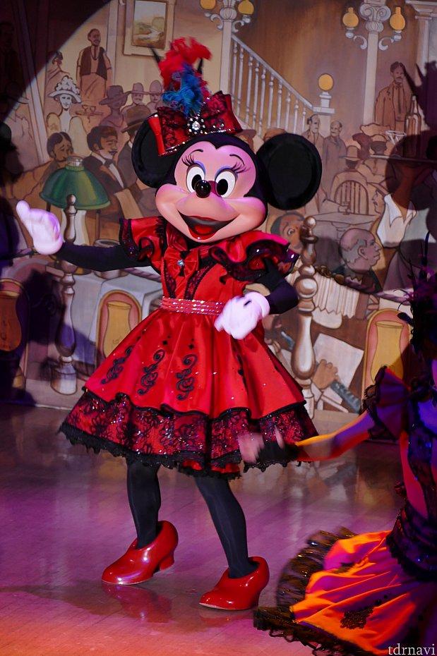 馬の鳴き声が響くとミニーちゃんの登場!この西部開拓時代の踊りが凄い!!いつもの可愛いミニーちゃんがとにかくキレッキレのダンスを披露してくれます!!