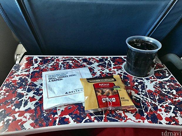 ミネアポリスのフライトでは飲み物と軽食のみ。ナッツやプレッツエルから一つ選べます。