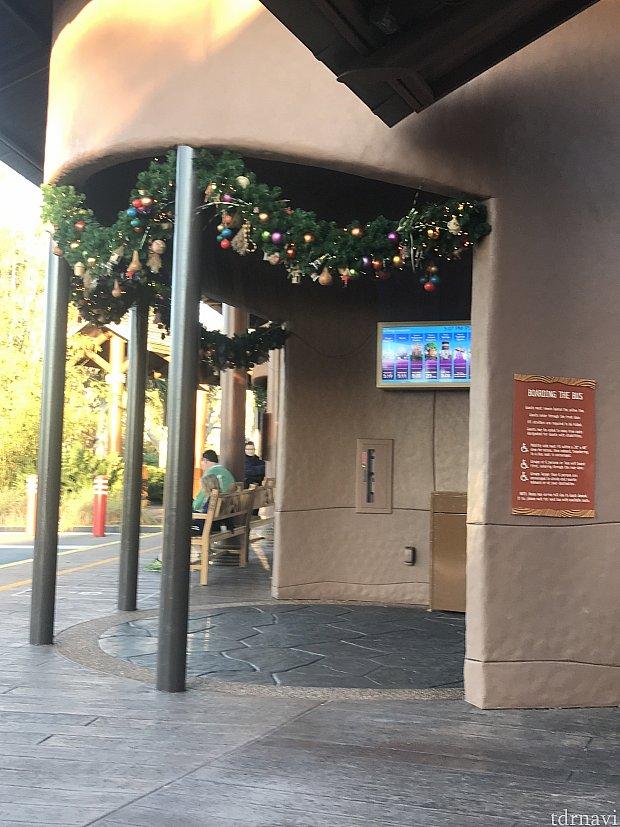 バス停もクリスマスの飾り付けがされてました♪