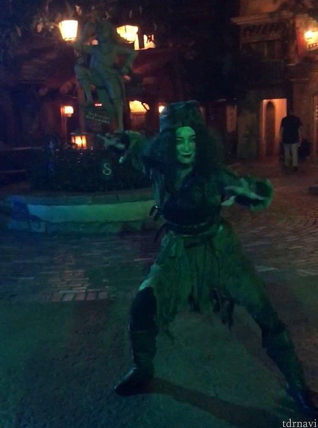 バルボッサのバウンティの前辺りで女性ゴーストがダンスのような動きを始めました!
