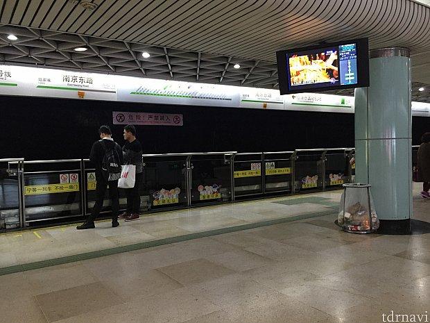 ホームの画面にはテレビが流れていたり、電車の時間が秒単位で表示されていました。