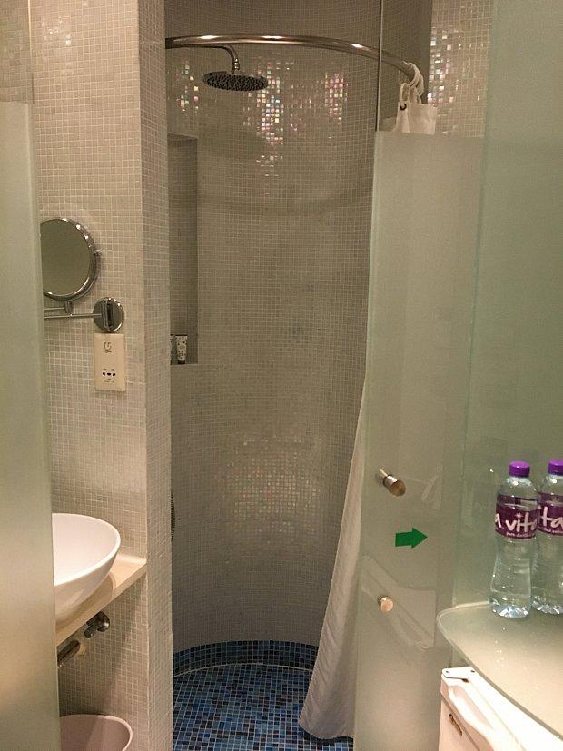 奥がシャワーです。