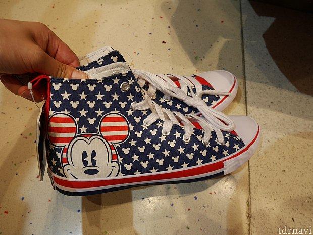 【第2ターミナル(大)】運動靴がなんと50HKドル!UKのサイズで書かれています。私が見たときの在庫状況では、子供の小さなサイズから大きいものは24.5cm(UK6)まで!