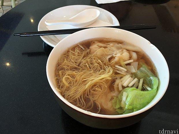 エビワンタン麺。エビのダシが優しい味でした。ワンタンもプリプリのエビとひき肉が一緒に包まれていて、たくさん入ってました。