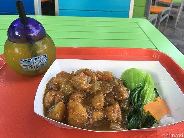 チキンとジャガイモのカレーとスペシャルドリンクのセット。