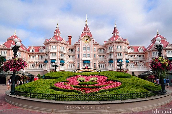 淡いピンク色をした、とても印象的なお城のような外観です