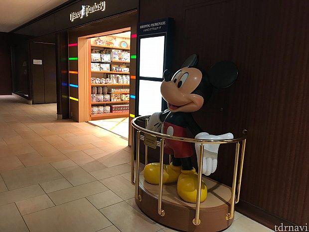 ディズニーのお土産を持ちながら歩くのが大変な方は、ホテル内にもショップがあります。