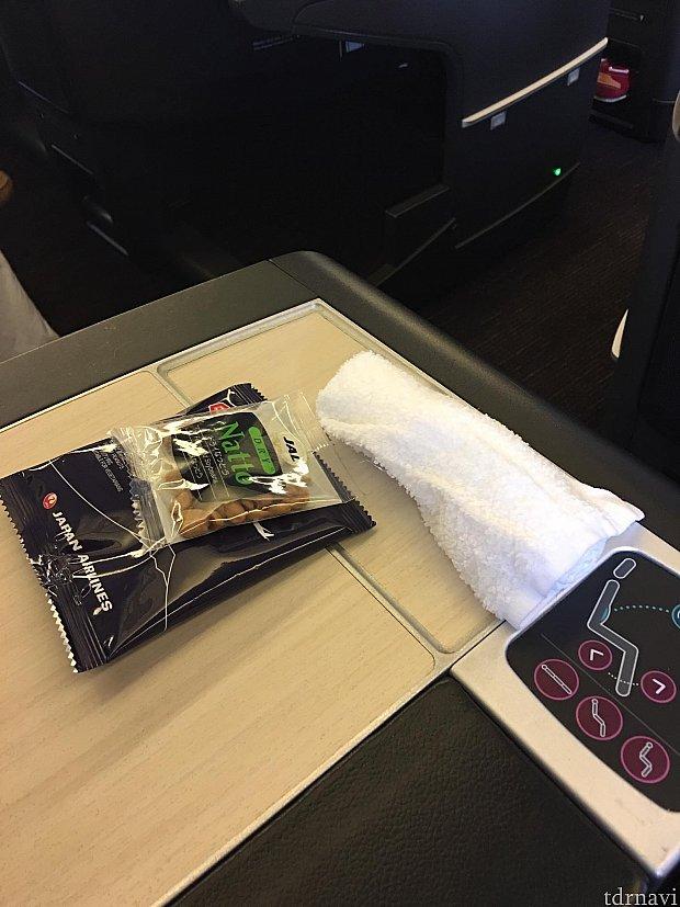 台風の影響で機内で2時間出発待機になりましたが、ビジネスシートで足が伸ばせて良かったです!おつまみが配られました(o^^o)