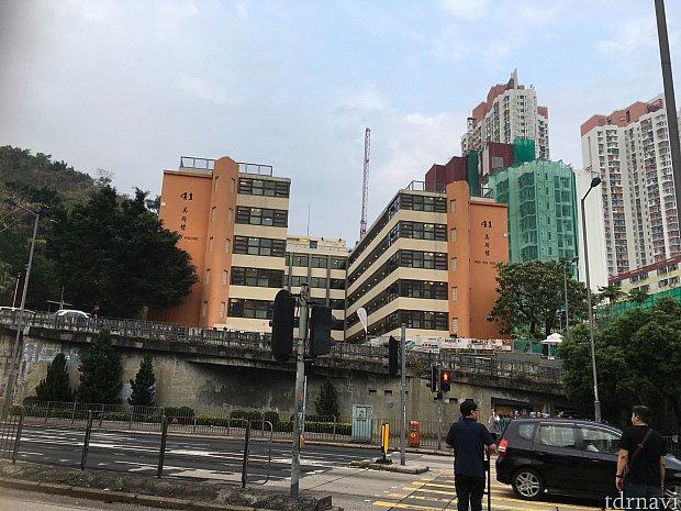 こちらの学校っぽいビルがユースホステル。ただ直進できないので右に回って向かいます