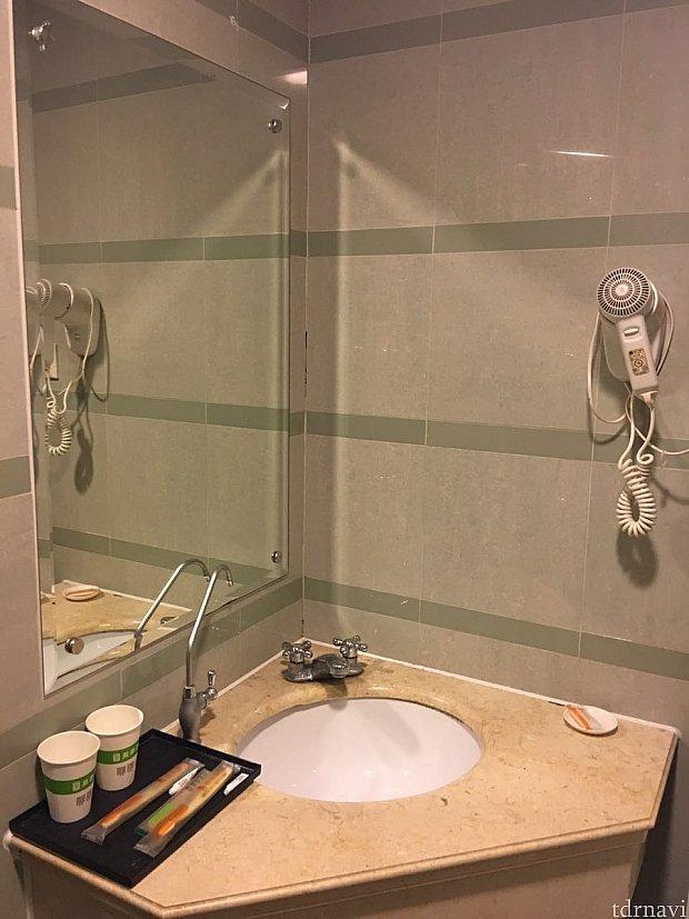 洗面所には石けん、歯ブラシセット、固定式のドライヤーあり。