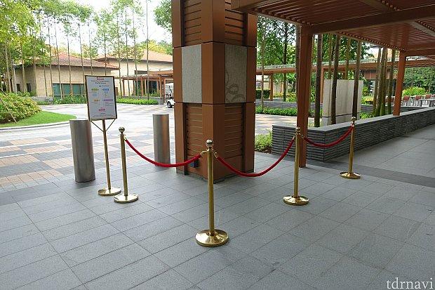 エクアリアス・ホテルのエントランスにバス停があります。平日だったためか並ばずに乗れました。