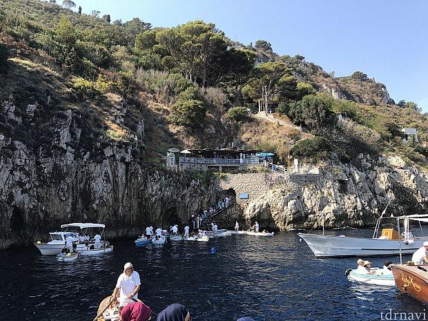 着きました!青の洞窟!すでに船から船に乗り移るのを待ってる人が多数!