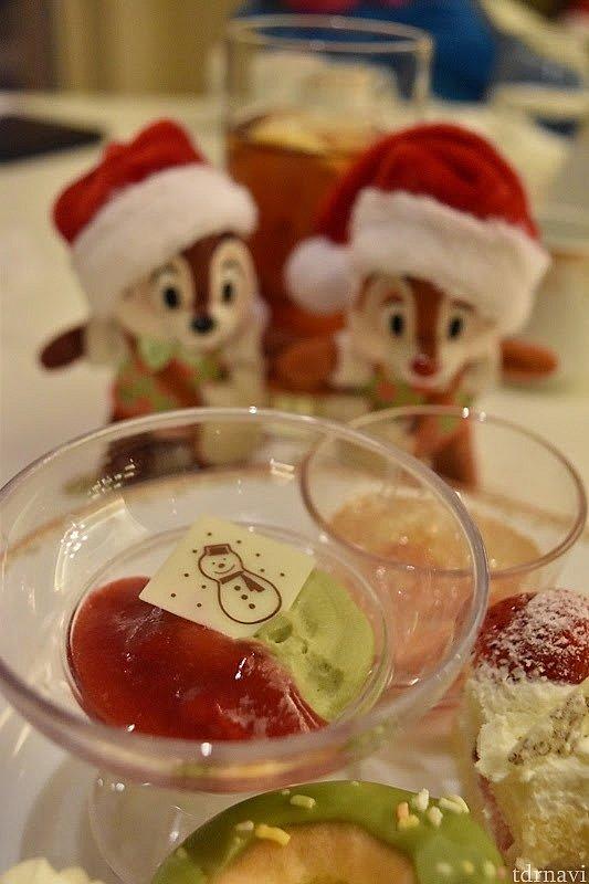 デザートは、少しずついろんな種類食べました。小松菜のムースのチョコは、雪だるまにしました(^^)