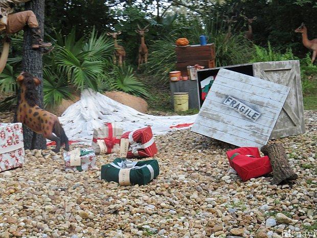 大量のクリスマスプレゼントが散乱としています