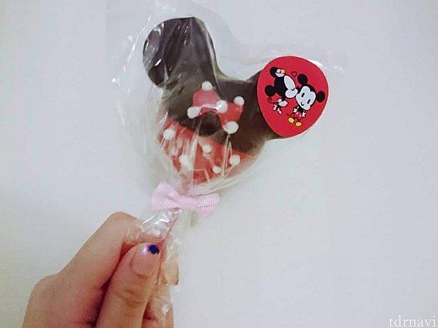 チョコブラウニーにチョコレートのコーティング。 ミッキーとミニーの二種類ありました。