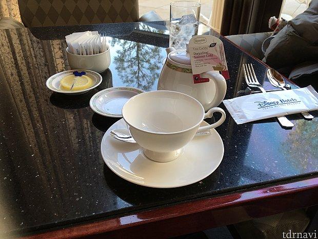 まず紅茶が到着!2〜3杯分ぐらいありました