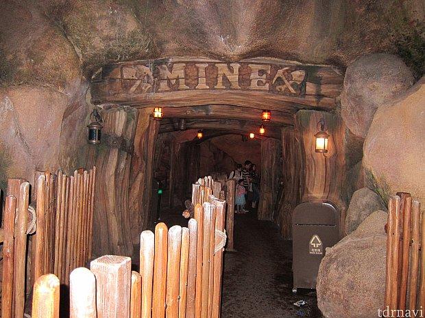 洞窟のようなイメージのキューライン。