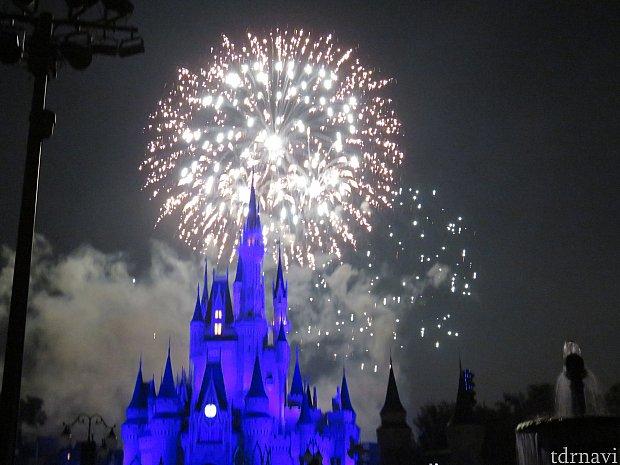 プラザからだとやはり花火が城にかぶります。