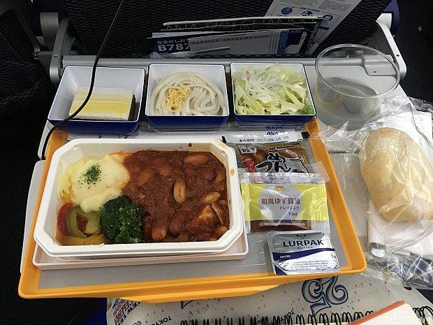 ANAのHPを見ていたら、東京便のパンはANAオリジナルというのを見て、洋食にしました。モチモチで美味しかったですよ