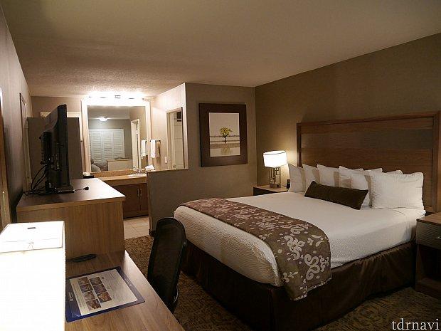 ベッドが大きいので狭く見えますが、見た目の印象よりは狭くなかったです!キングベッド1台。クイーンベッド2台のお部屋は売り切れてました。