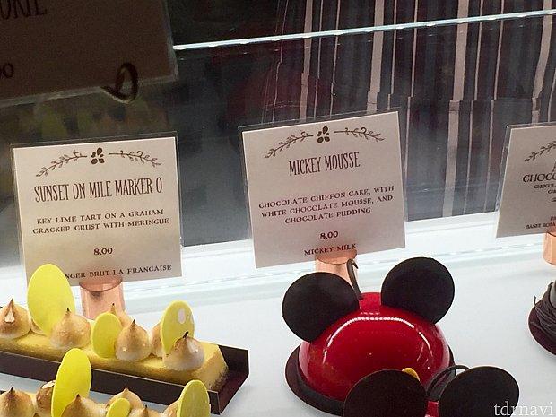 ケーキの説明書きを見ると、「ホワイトチョコレートムースとチョコレートプティング入のチョコレートシフォンケーキ」とあります。チョコレートとホワイトチョコレート大好きの僕はこれで決まり!お値段は$8。