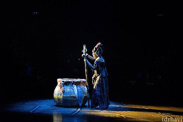 では、もう一度写真で振り返ってみましょう。 ラフィキがショーの始まりを告げます。 【サークル・オブ・ライフ】