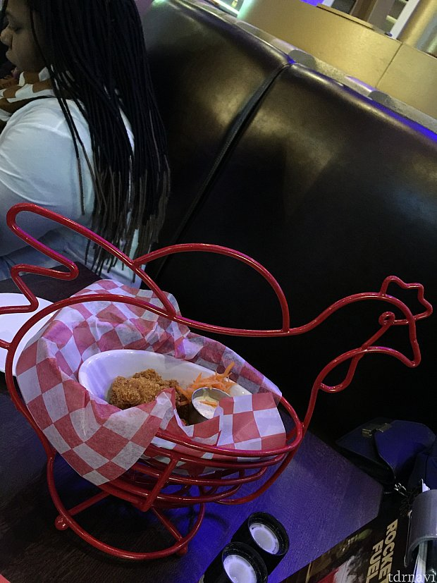 ニワトリの器!!!隣のテーブルは観覧車の前菜盛り合わせを食べてました。笑