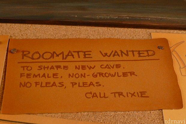 ショーが終わってからホールの出口にも見逃せない演出がたくさん!掲示板ではトリキシーがどうやらルームメイトを募集している様子。募集要項は女の子であること、唸らないこと、ノミがいないこと、ですって。笑
