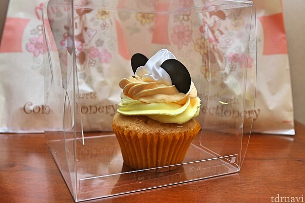 プラスチックの箱に入れてくれたカップケーキ。若干箱にクリームが付いてます…