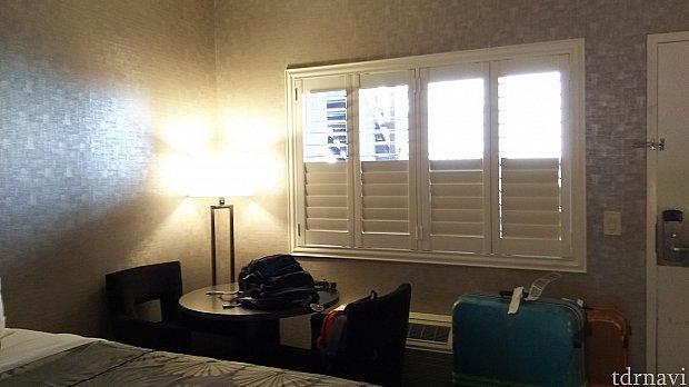 部屋からドア側を。窓があります。