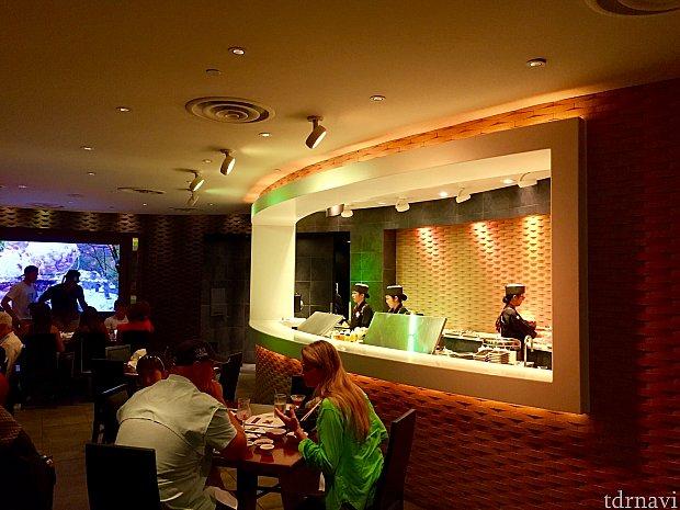 寿司バーでは、女性キャストさん達がお寿司を作っていました。寿司シェフが女性というのは珍しい光景ですよね。これもありですね。