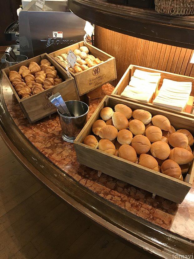 朝食です。パンは種類豊富でした。