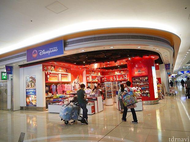 第2ターミナルにはディズニーストアは2つ。こちらの方が広いです。手前の目立つところ、そこから一つ中の棚でダッフィーが安売りされることが多いです。