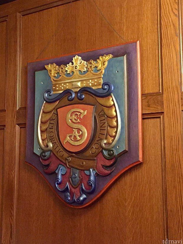 Society of Explorers and Adventurerのロゴ。TDSのホテルハイタワーのハイタワーⅢ世や、HKDLのミスティックマナーのヘンリーミスティックもメンバーだったようです。