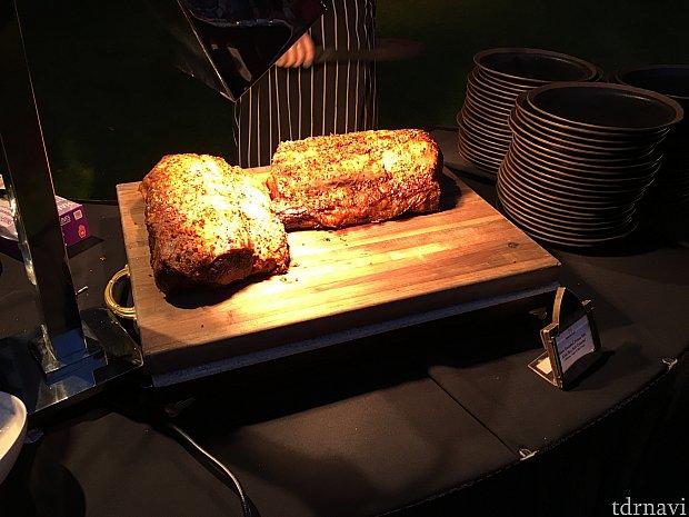 ローストビーフ!めっちゃ美味い!!長芋を擦ったような白いソースはからしのような辛さなので注意!