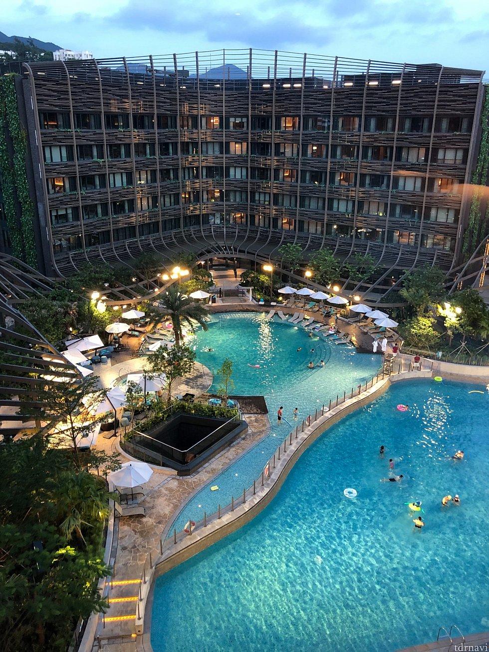 部屋からの夜の眺め。夜遅くまでプールには多くの人が。