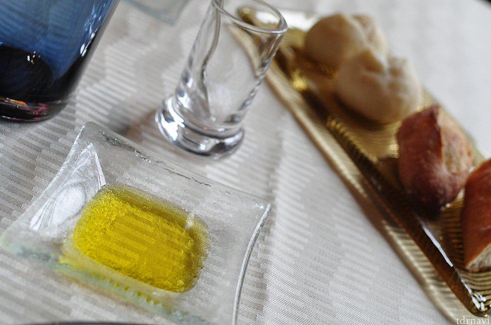 パンに合わせるのはオリーブオイル、そしてこの岩塩!オリーブオイルに塩を入れてパンにつけて食べると微妙な塩加減で美味しい!こんな食べ方もあるのね!