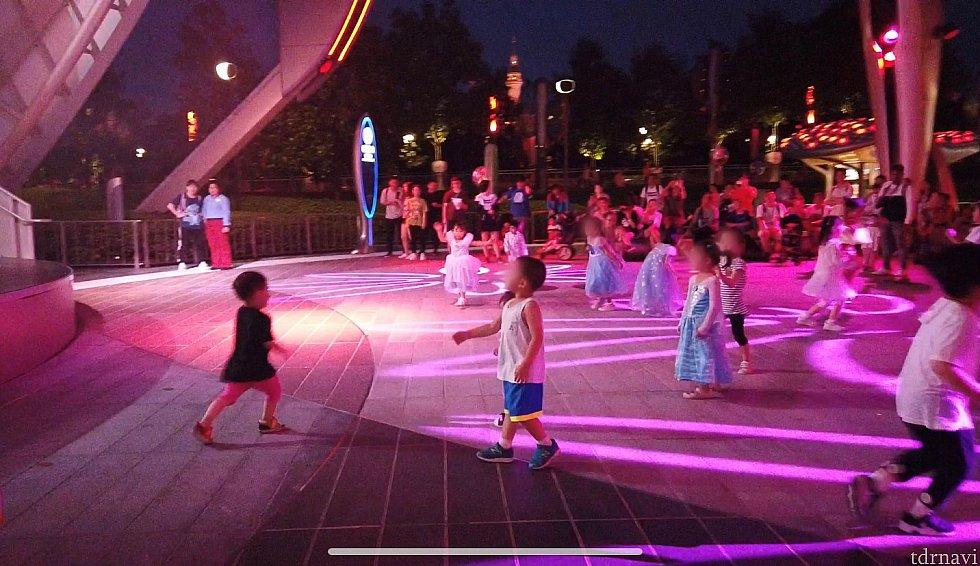 踊っているのは子供中心