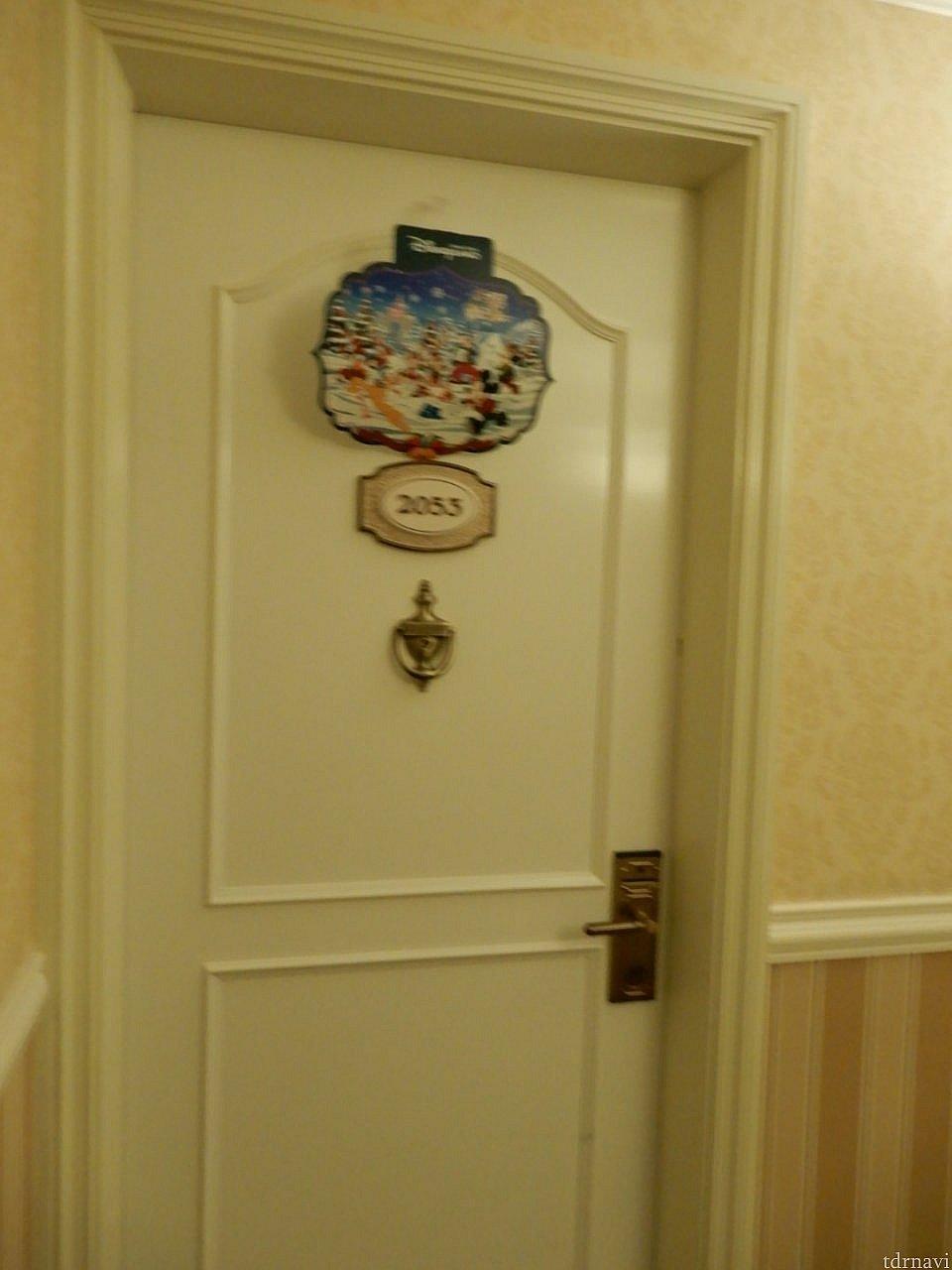 ドアにもクリスマスの飾り