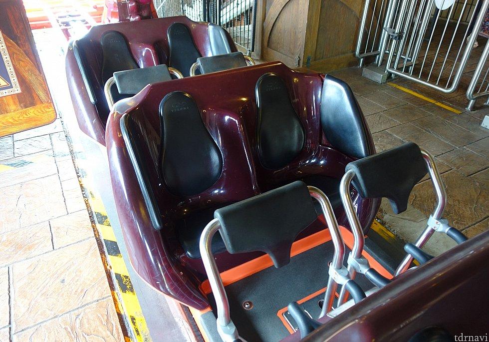 ライド座席は大人でも狭くない広さです。ハリーポッターエリアのヒッポグリフ・コースターと同型だと思います。
