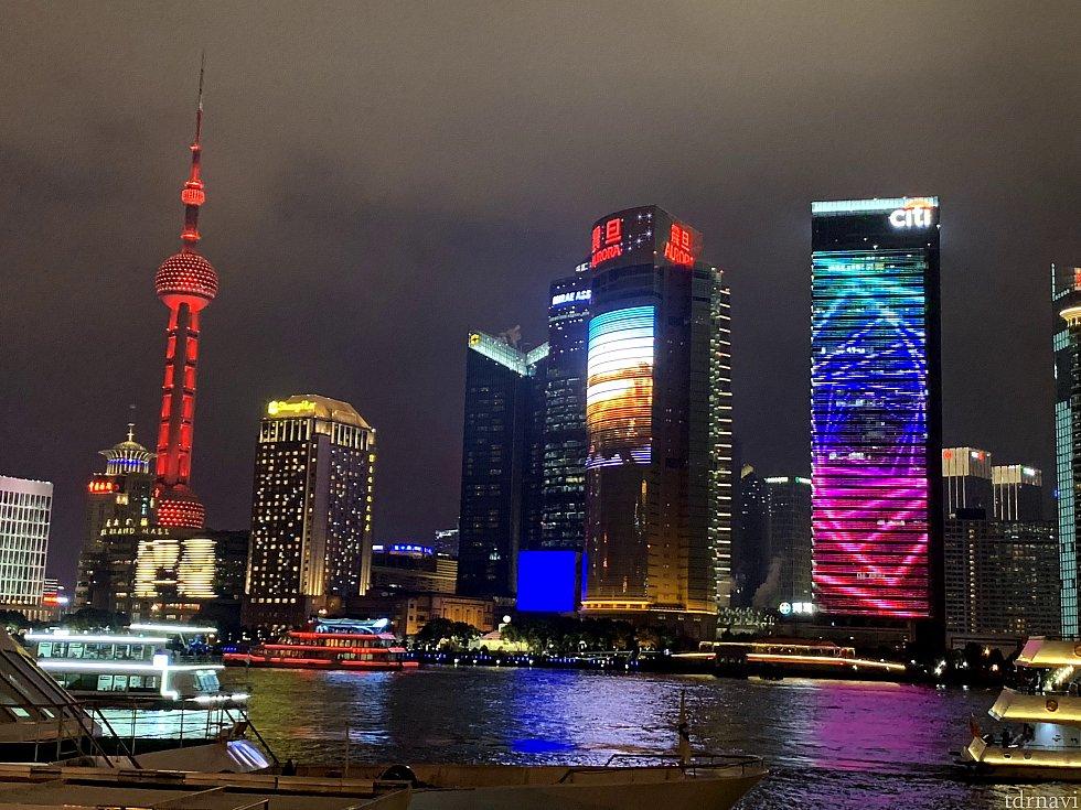 見たかった夜景です。 左のタワーは、東方明珠電視塔といって、 上海のシンボルです。 (私もこのタワーだけは、知っていました。)