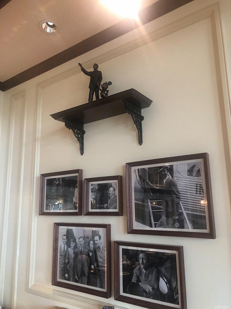 ウォルトの想い出の写真が店内にはいっぱいに飾られています。
