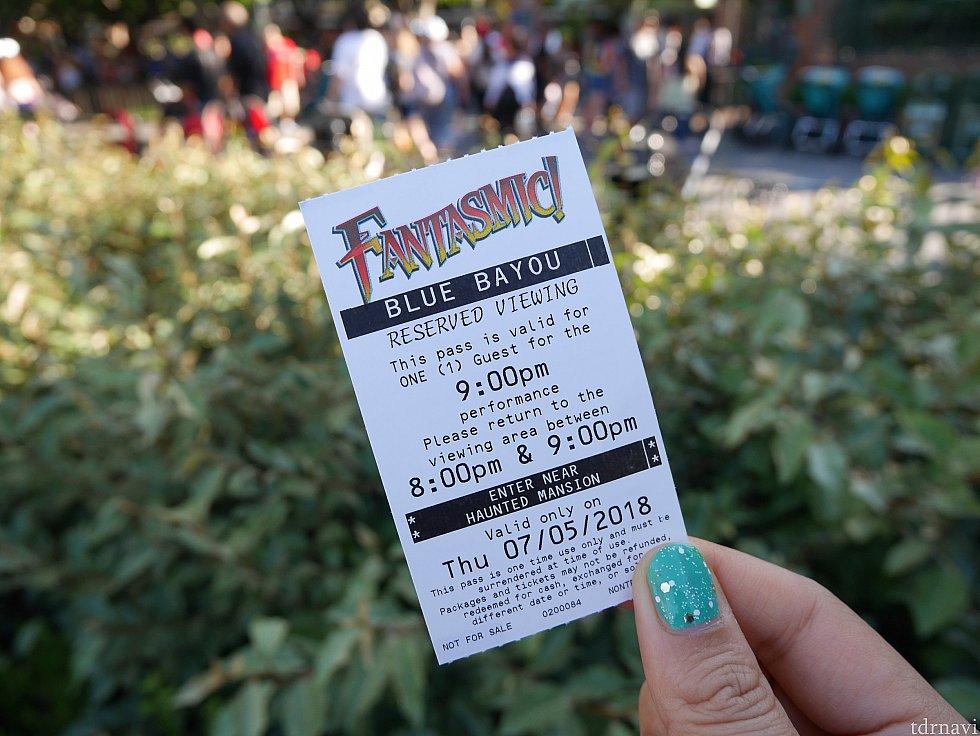 レストランではこのような鑑賞券が渡され、ホーンテッドマンション近くの集合場所に20時~21時の間に来るように言われます。19時40分に行ったら列ができていたので並びました。最前列を狙うなら早めが良さそうです。